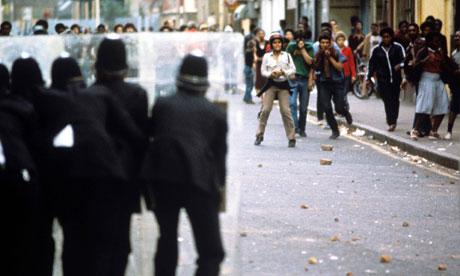 Police-behind-their-shiel-008